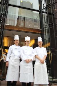 最後には総料理長にも入っていただき本店前で3人で記念撮影をお願いしました。本当にありがとうございました。