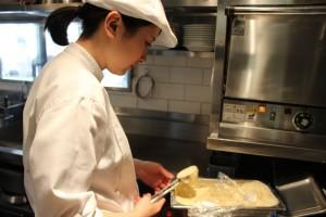 キッチンでパンケーキを焼く・・・スタッフに皆さんに指導されて研修終了時には慣れた手つきですっかりなじんでいました。