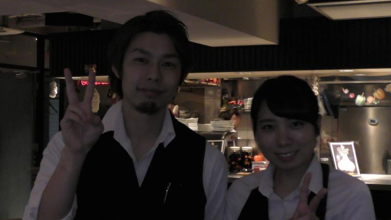 横浜駅西口にあるガーリックテーブルにて研修中のカフェ学科2年桑原成美さんが、店長とのツーショット!