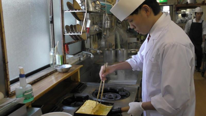 研修中に卵焼きを練習する調理師学科 佐藤君!
