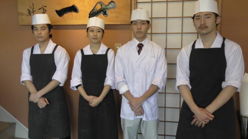 調理師学科研修生佐藤君を囲んで、Food卒業生左から6期 松本君 7期 野上さん 9期豊田君の先輩の皆さんと記念の撮影をお願いしました。