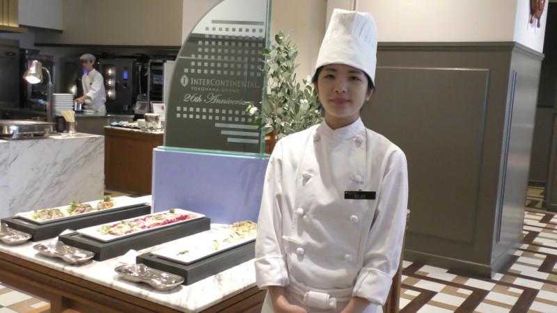 横浜グランドインターコンチネンタルホテル シーズンテラス 西洋厨房にて研修のカフェ学科1年清水 美紅さん